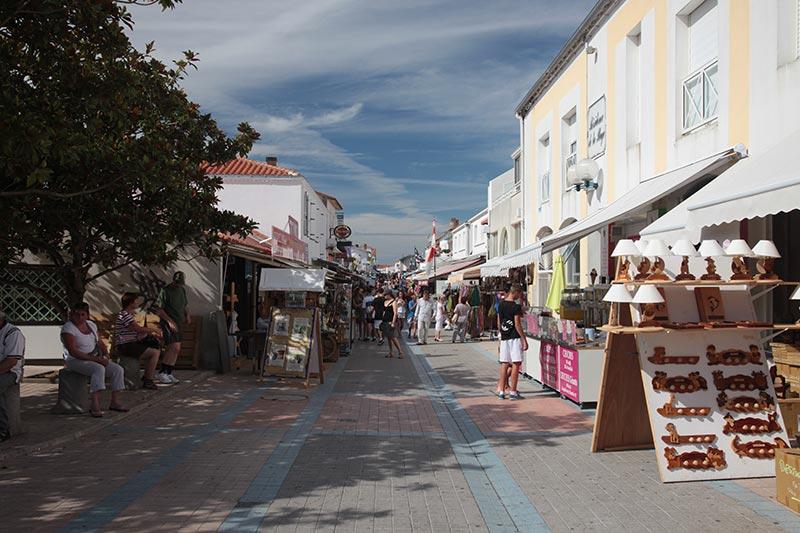 les rues piétonnes de la tranche sur mer en été