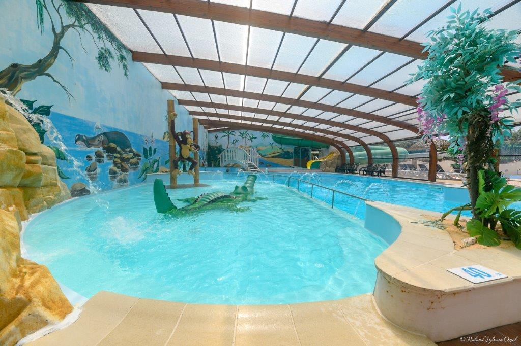 piscine couverte avec jeux d'eau enfants