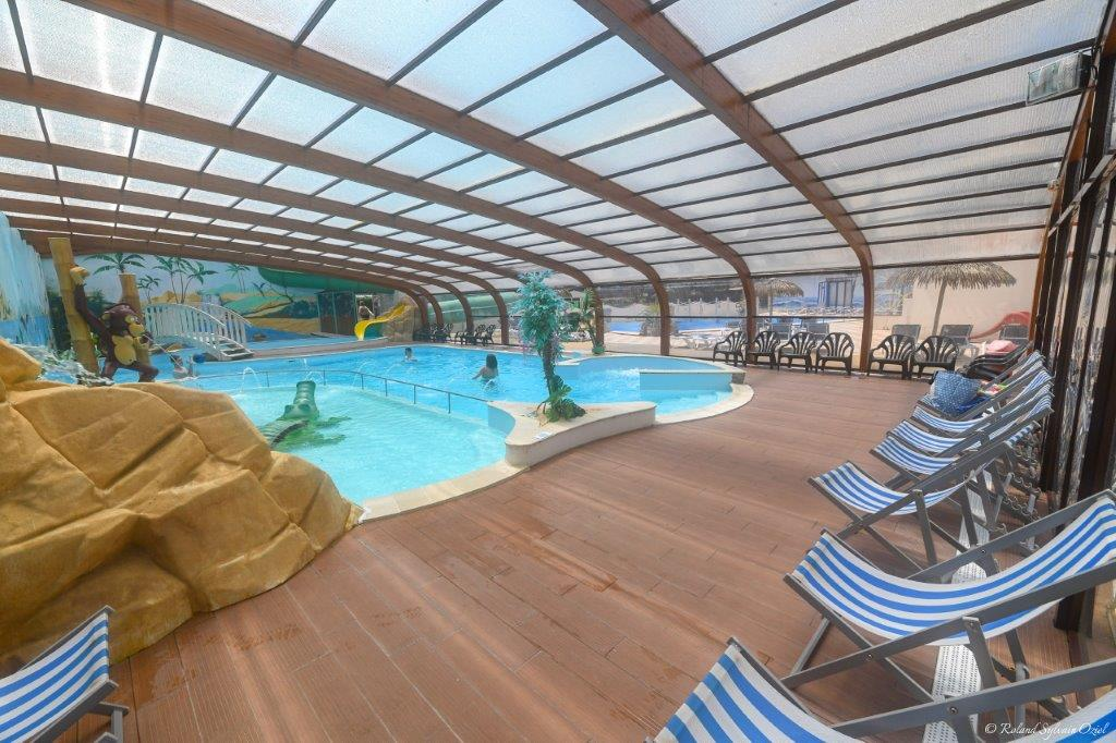piscine couverte avec transat